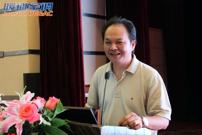 随后,北京市建筑设计研究院有限公司徐宏庆总工作了题为《输配系统中变频调速技术的应用研究》的报告,他概括介绍了全国尤其是北京地区的能源及建筑发展、欧洲及我国电力消费设备、我国典型城市建筑能耗调查、电动机系统发展、变频调速技术应用规范等研究背景;详细介绍了变频调速输配系统、变频调速技术基本原理、图解分析法、变频调速技术的适宜性分析以及控制系统影响性分析;以实际案例介绍了系统设计及验证评价方法;他建议应全面系统地分析变频调速技术的特性及适宜性,应用时系统节能率与建筑物的负荷特性和负荷变化率相关,以及注意系统